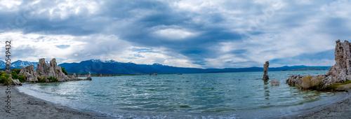 panorama of Mono Lake, mountains and tufa towers Fototapeta