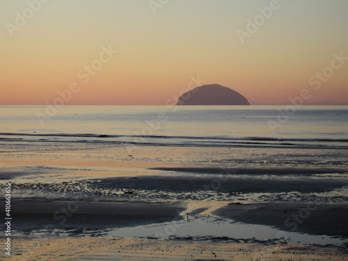 Sunset view of Ailsa Craig from Girvan beach on a cold calm winter's day Fototapet