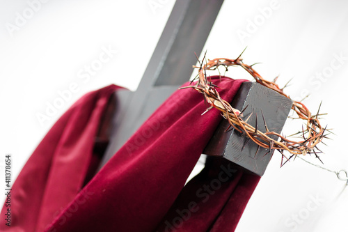 Foto Close-up Of Red Scarf And Crown Of Thorns On Cross Against Clear Sky