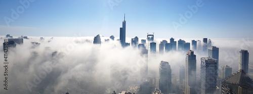 Foto Panoramic View Of Dubai Marina Buildings  Covered In Fog Against Sky
