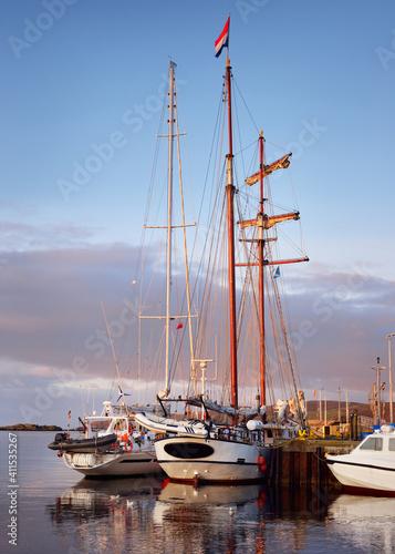 Obraz na plátne Sailboats moored to a pier in a yacht marina, close-up