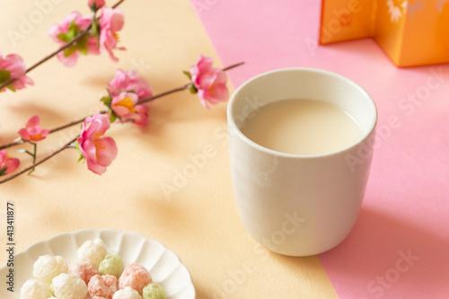 Hinamatsuri. Amazake, hina-arare and peach blossoms. ひなまつり。甘酒とひなあられと桃の花