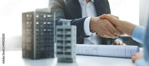 Fotografía housing development and investment business - businessmen handshake after agreement of apartment building construction