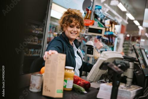 Fotografia Woman working in modern supermarket
