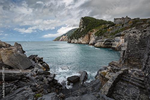 Foto Cliff sea coast with Grotta di Lord Byron in Portovenere or Porto Venere town on Ligurian coast