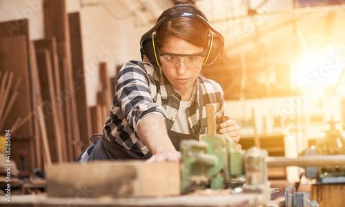 Billede på lærred Woman is training to be a carpenter in workshop