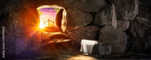 Fotografia Empty Tomb With Linen Cloth At Sunrise With Sunlight Shining Through The Open Do