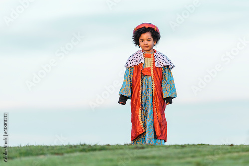 Fotografia Black child with afro hair, dressed in a wise man's costume