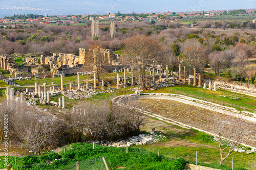 Fotografia Ruins of South Agora with unique huge pool surrounded by Ionic colonnades amidst