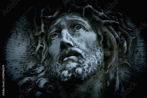 Photo Jesus Christ in a crown of thorns (fragment of ancient statue)