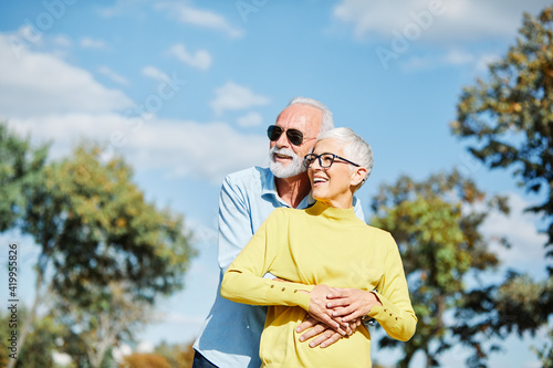 Fotografia senior couple happy elderly love together cheerful smiling portrait holding hand