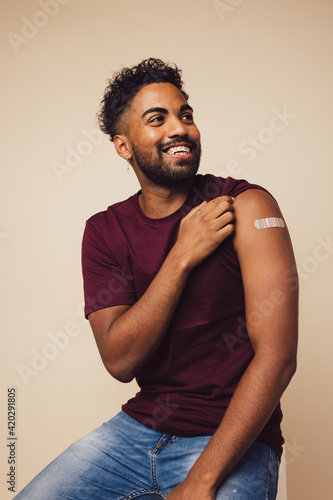 Slika na platnu Man showing his shoulder after receiving a vaccine