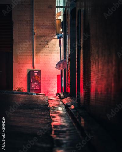 Man alone in a dark alleyway Fototapet