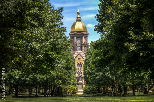 Foto Mary stands atop the Golden Dome of the University of Notre Dame Main Administra