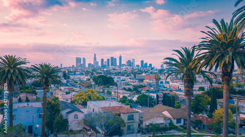 Photo Beautiful sunset of Los Angeles downtown skyline and palm trees