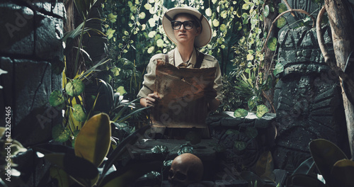 Tablou Canvas Scared explorer lost in the jungle