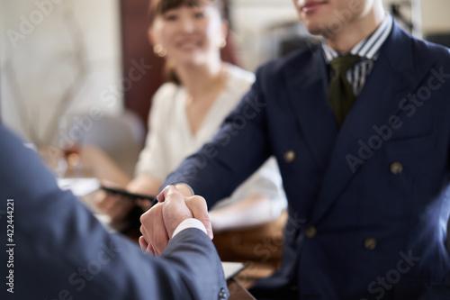 Fotomural 握手をするアジア人ビジネスマンの手元