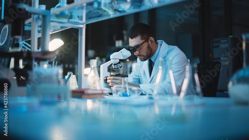 Photographie Medical Development Laboratory: Caucasian Female Scientist Looking Under Microscope, Analyzes Petri Dish Sample
