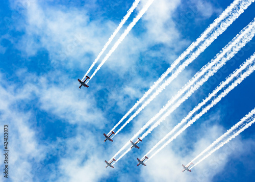 Fotografia Roulettes performing an aerobatic display  over Lake Burley Griffin during an ae