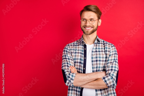 Foto Photo of charming handsome young guy wear checkered shirt glasses arms crossed l