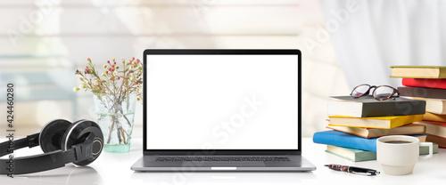 Fotografia ノートパソコンのあるワークスペース。もしくは庭の見えるリビングルームのテーブルでのリモートワー ク。