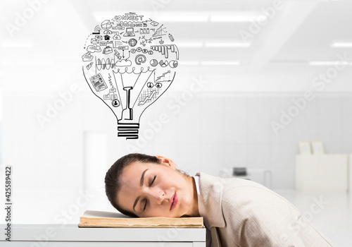 Photo Exhausted business woman sleeping on desk