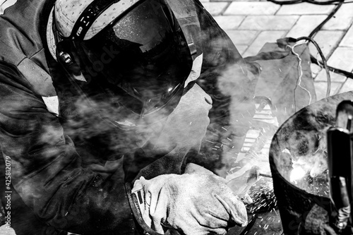 Carta da parati An experienced welder at work