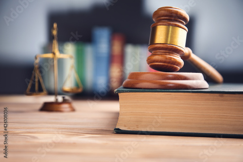 Fotografia Judge gavel, scales of justice and law books