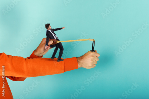 Canvas-taulu Man ready to throw a businessman from the slingshot
