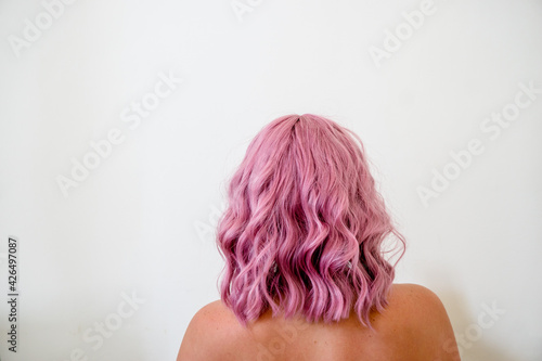 Fotomural Back of woman's head with curly short pink hair