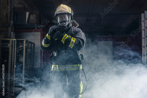 Photo Portrait of a fireman wearing firefighter turnouts and helmet