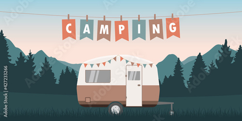 Fotografia summer camper on green meadow with mountain view