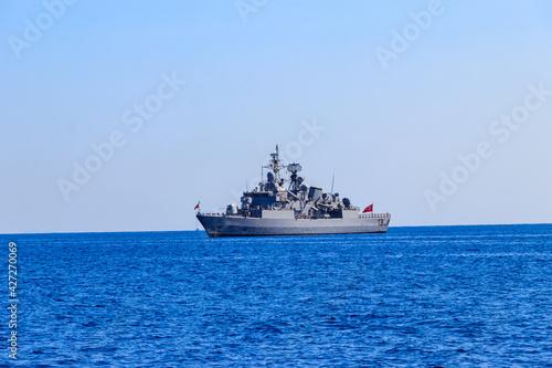Foto Turkish navy warship sailing in the Mediterranean sea