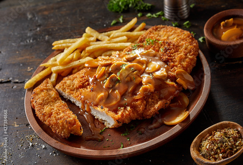 Photo Delicious fried pork meat with chasseur sauce