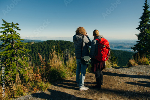Valokuva tourists on Grouse Mountain with Downtown city