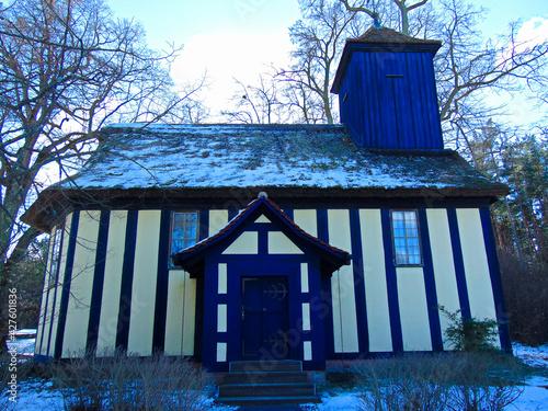 Canvas-taulu Die blaue Kirche  im ehemaligen Gutsdorf