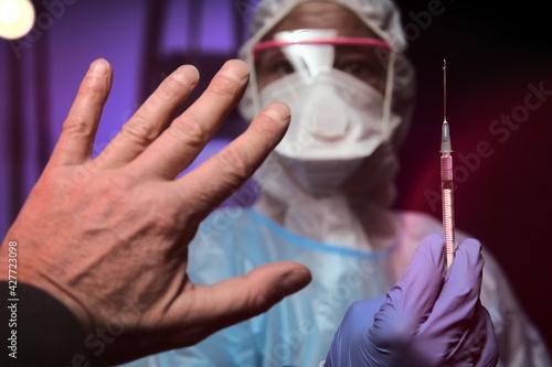 Impfling Person hebt Hand aus Angst vor Impfung impfen Injektion Spritze Impfgeg Fototapete