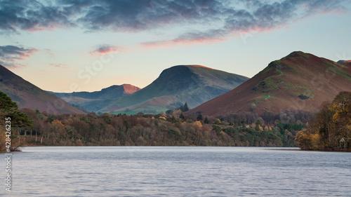 Foto Stunning long exposure landscape image of Derwent Water in Lake District during
