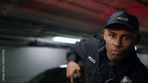 Photo Policeman aiming target with gun