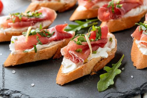 Photo Crostini con prosciutto crudo e formaggio, antipasti italiani