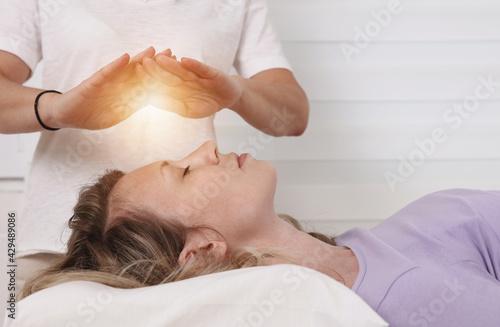Fotografía Energy healing treatment
