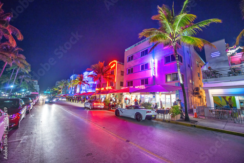 MIAMI BEACH - FEBRUARY 28, 2016: Lights of Ocean Boulevard with restaurants and Fotobehang
