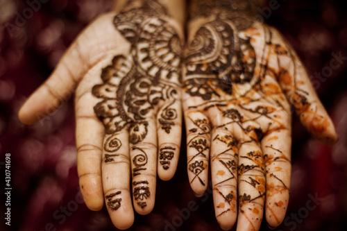 Photo Closeup shot of traditional design henna tattoo on a woman's palm