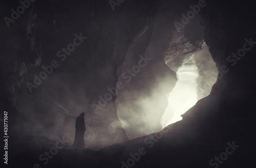 Fotografia mysterious silhouette in dark cave, fantasy landscape