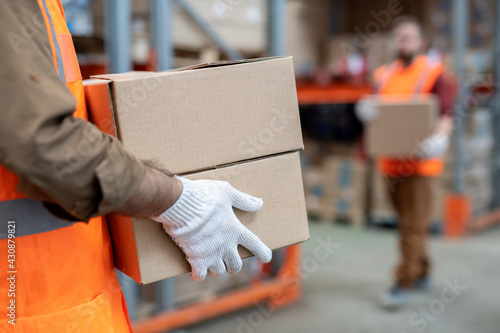 Fotografia Movers working at warehouse