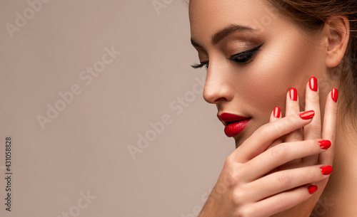 Photo Beautiful woman showing red lips and   manicure nails