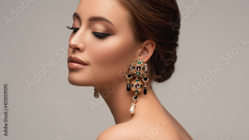 Canvastavla Beautiful woman with long big earrings