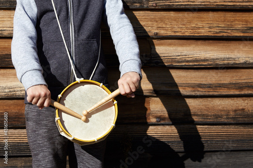 Fotografia kid with a drum and drumsticks