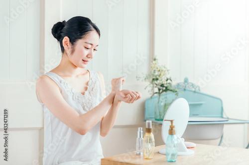 Fototapeta 香水・虫除けをつける女性