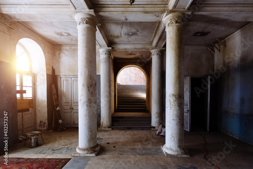 Stampa su Tela Old abandoned historical mansion, inside view